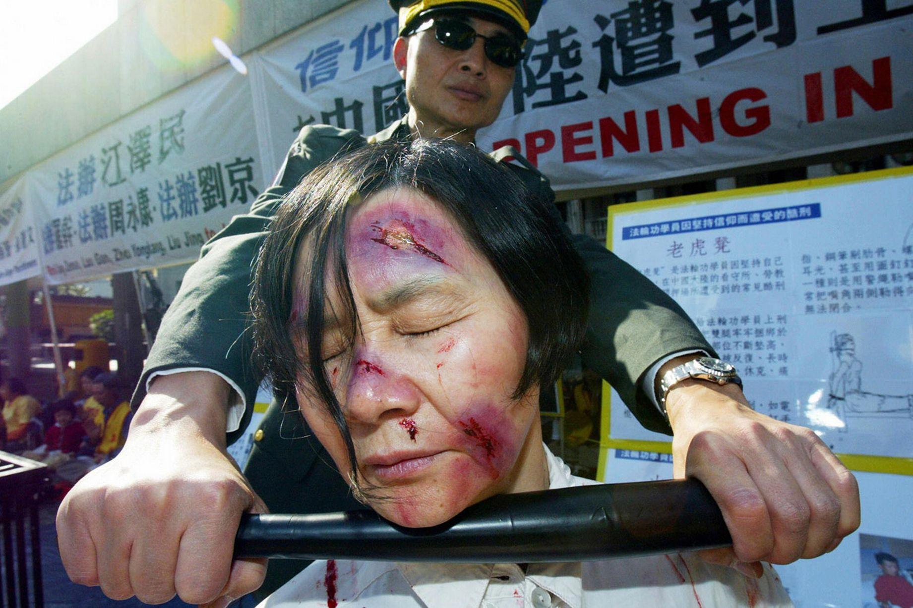 Пытки женщин змеями 29 фотография